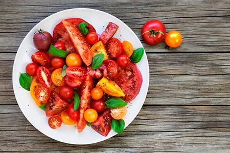 جربي تحضير سلطة الطماطم مع كرات اللبنة IStock-482676089