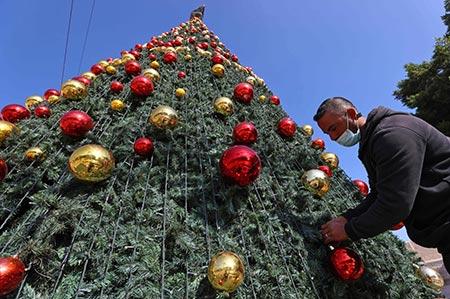 اضاءة شجرة الميلاد في بيت لحم بغياب المحتفلين بسبب تقييدات الكورونا GettyImages-1229925400