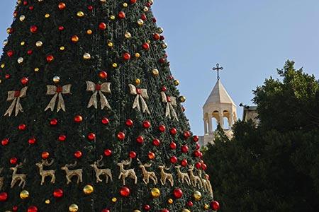 اضاءة شجرة الميلاد في بيت لحم بغياب المحتفلين بسبب تقييدات الكورونا GettyImages-1229925565