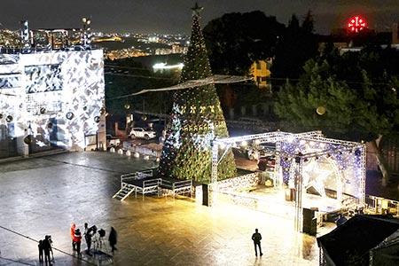 اضاءة شجرة الميلاد في بيت لحم بغياب المحتفلين بسبب تقييدات الكورونا GettyImages-1229956999