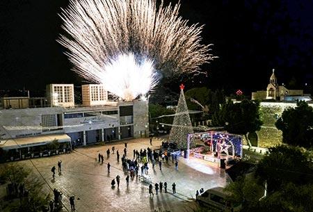 اضاءة شجرة الميلاد في بيت لحم بغياب المحتفلين بسبب تقييدات الكورونا GettyImages-1229958604