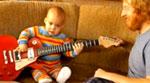 طفل يعزف على جيتار