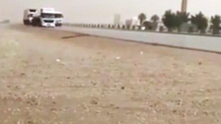 بالفيديو.. أمطار على مدينة الرياض مصحوبة بتساقط البرد